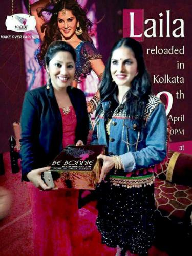 Sunny Leone being gifted by Mousumi Mitra